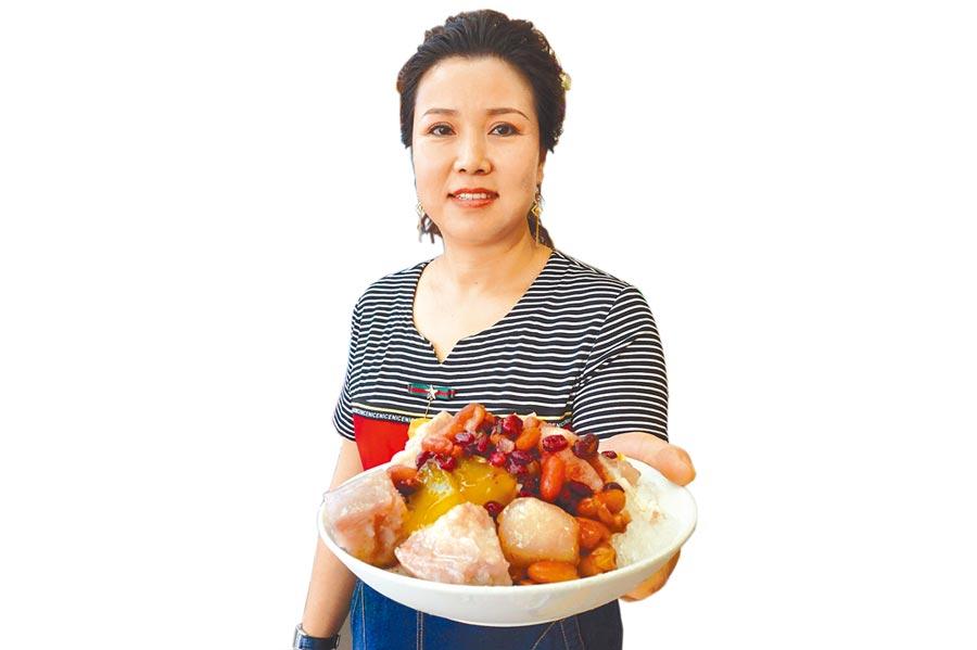 「小樂涼冰店」採自助式經營,提供30餘種配料任選,每碗只要55元。(王文吉攝)