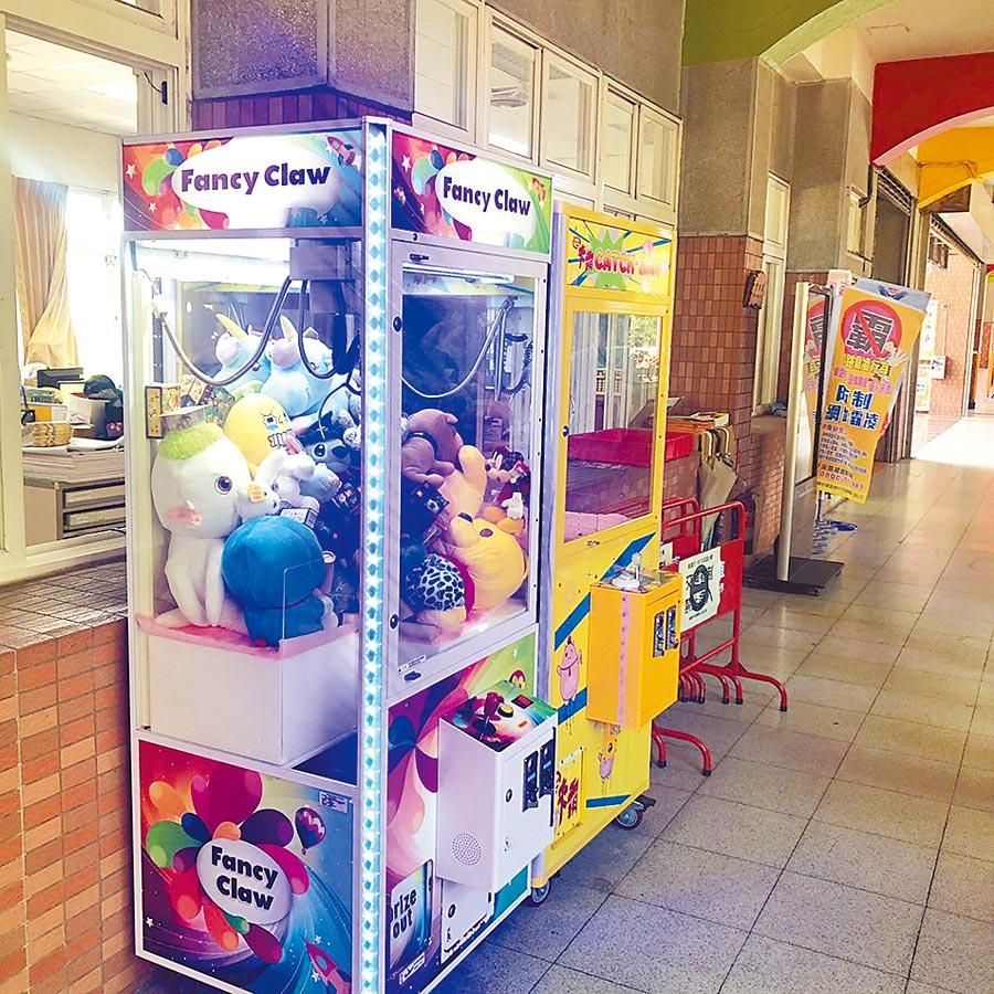 幸福國小內設置2台夾娃娃機,若學生表現良好,可以獲得榮譽代幣夾娃娃。(甘嘉雯攝)