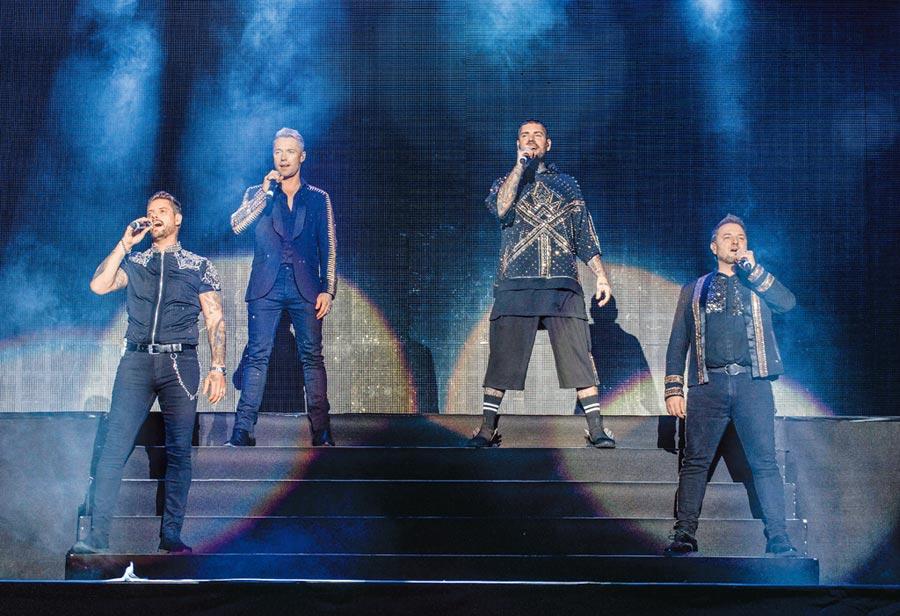 基斯(左起)、羅南、尚恩與麥奇穿上90年代華麗秀服,隆重登台開唱。