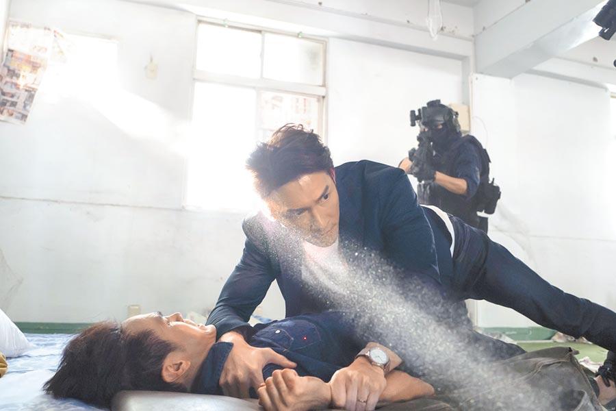 溫昇豪劇中制伏歹徒解救妻子,身手俐落。
