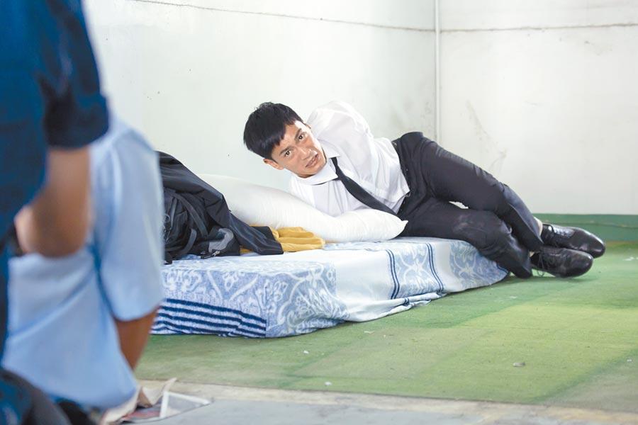 鍾承翰戲裡雙手雙腳被綑綁,戲外是劇組的開心果。