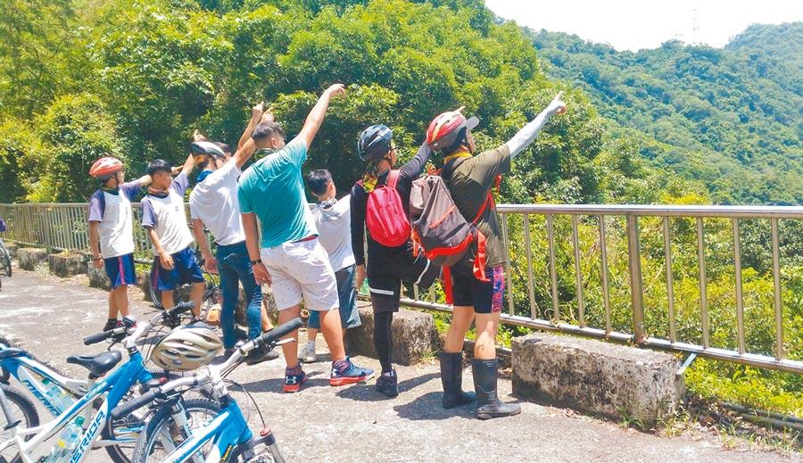 桃園市政府教育局透過高山冒險體驗營活動,讓孩子發覺自我「心」價值。(桃園市政府教育局提供)
