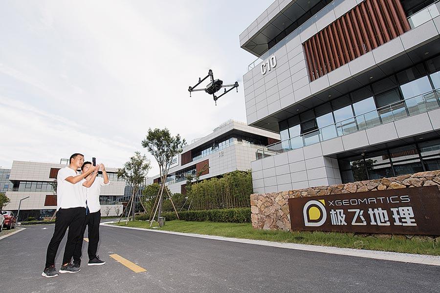 2018年9月18日,浙江極雲地理信息科技有限公司員工演示一款智能測繪無人機。(新華社)