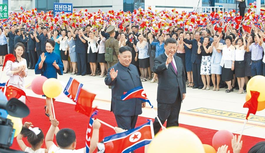 6月21日,大陸國家主席習近平結束對北韓的訪問,離開平壤前,北韓領導人金正恩在機場舉行歡送儀式。(新華社)