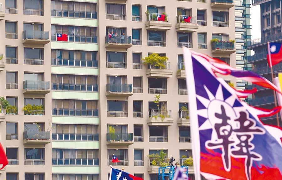 韓國瑜造勢會場22日在台中市7期重劃區舉辦,對面大樓有住戶掛出國旗相挺。(本報系記者黃國峰攝)