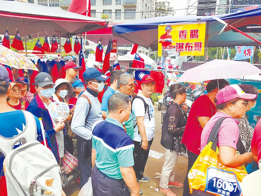 挺韓國瑜造勢會場必擺的瀑布香腸攤前,綿延數百公尺人龍。(本報系記者張妍溱攝)