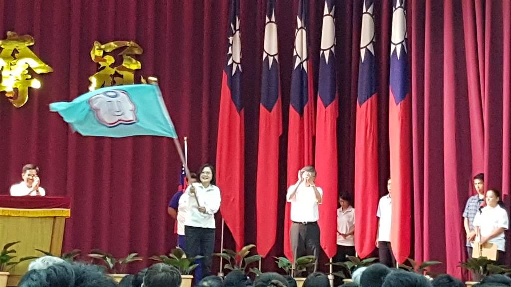 總統蔡英文(揮旗者)今天出席拿坡里世大運授旗典禮,致贈20萬加菜金,勉勵選手再創佳績。(陳筱琳攝)