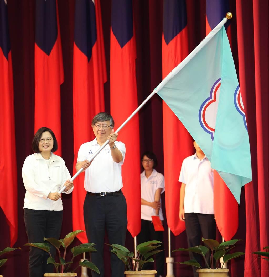 總統蔡英文(左一)今天出席2019拿坡里世大運授旗典禮,由中華代表隊團長江漢聲(左二)代表接受代表團團旗。(體育署提供)