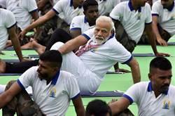 不只印度慶國際瑜珈日!松菸六百餘人伸展做瑜珈