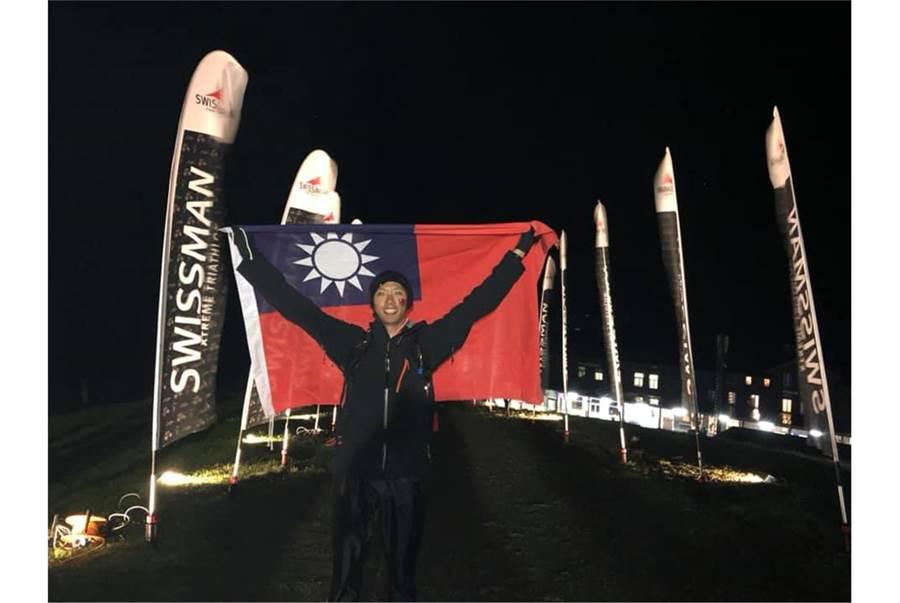 鄭宇庭一路身披國旗,在凌晨時分終於順利抵達終點。〈青年日報提供〉