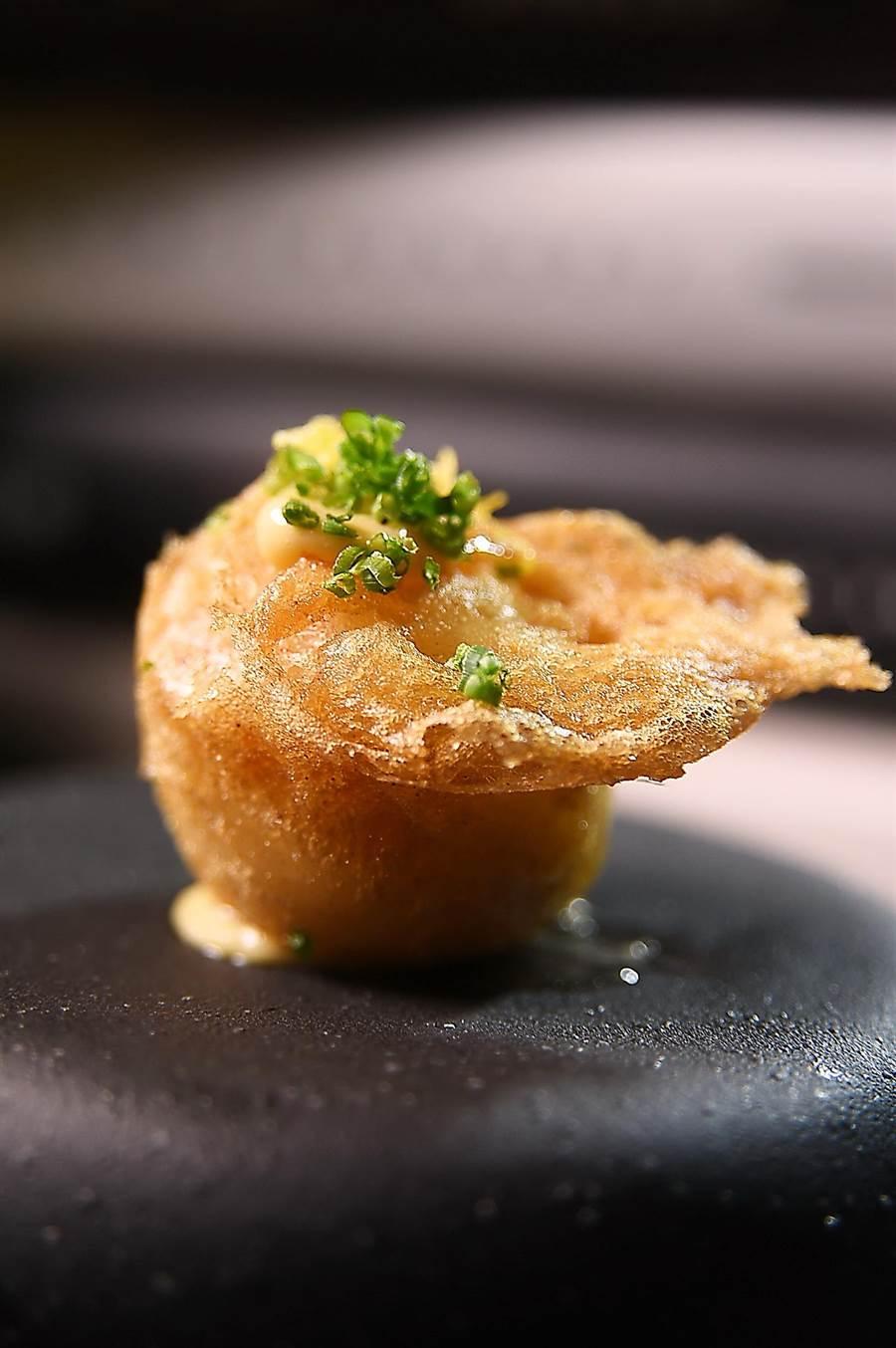 源於英國傳統吃食〈Fish & Chip〉的〈檸香炸魚薯泥〉,是〈實習生〉餐酒館主廚Owen的旅遊記憶,他將用糖、鹽及檸檬皮醃漬的比目魚肉,搭配馬頭魚邊肉用牛奶烹調後拌入絲滑柔順的薯泥,裹上啤酒麵糊油炸,搭配檸檬美乃滋作成Amuse Buche逗嘴小食。(圖/姚舜)