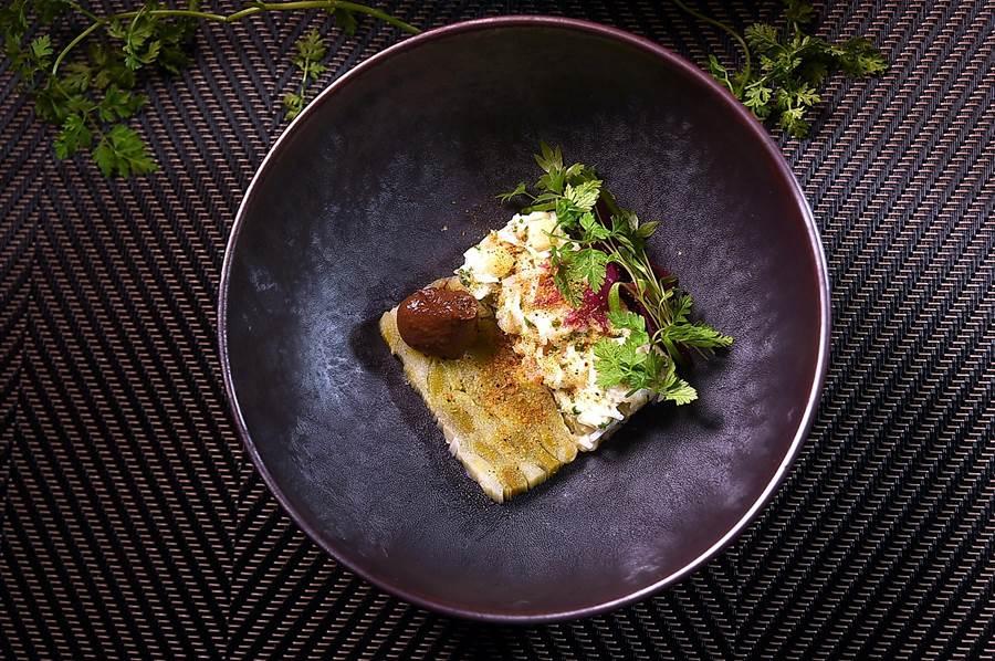 〈蟹、蒜苗凍、松露帕菲〉的蟹肉拌入了醋漬蘿蔔、小黃瓜、佛手柑提味,味道很清爽,是一道屬於夏天的菜式。(圖/姚舜)
