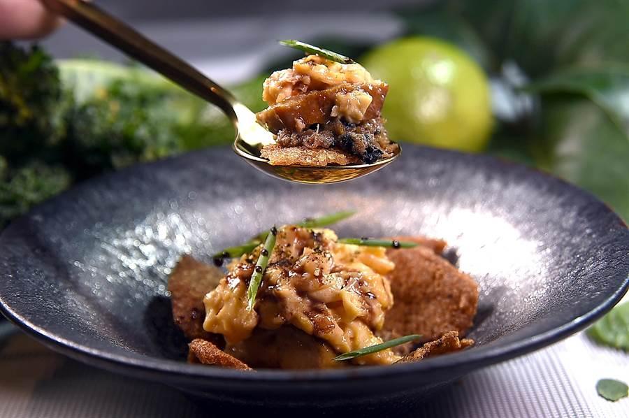 〈STAGIAIRE實習生〉的招牌菜式〈鴨.六小福〉,用了鴨的6個元素完成這道料理,利用鴨油油封鴨頸,取肉拌入鴨骨醬汁,搭配香煎鴨肝,酥炸鴨皮及鴨蛋炒蛋。(圖/姚舜)