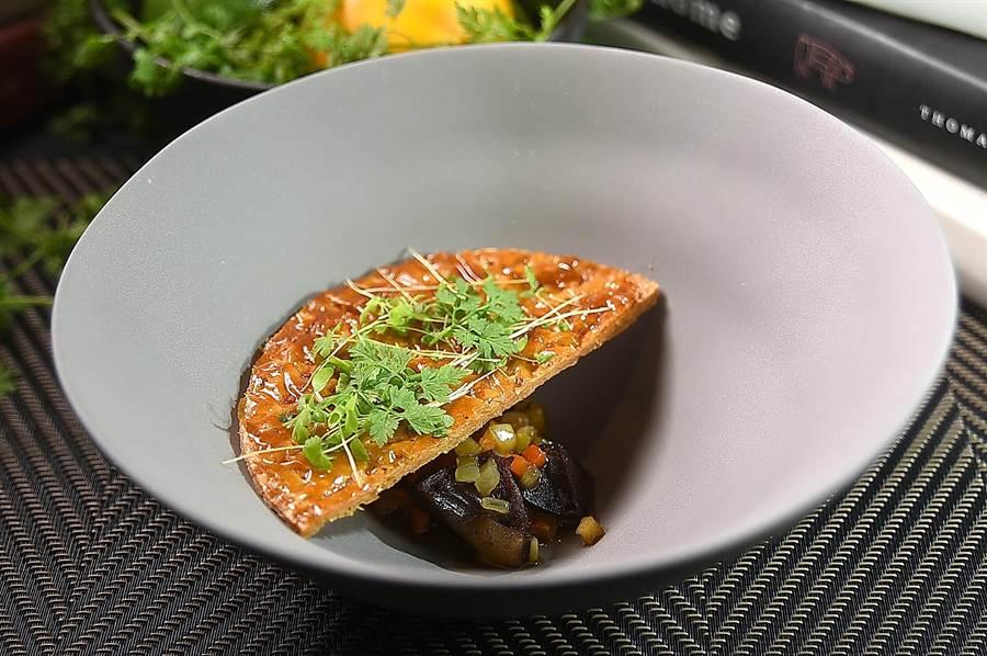 〈圓頂澄清湯〉源於法國「廚神」保羅.博庫司(Paul Bocuse).的經典之作,所謂「圓頂」指的是碗中半圓形的千層酥皮。(圖/姚舜)