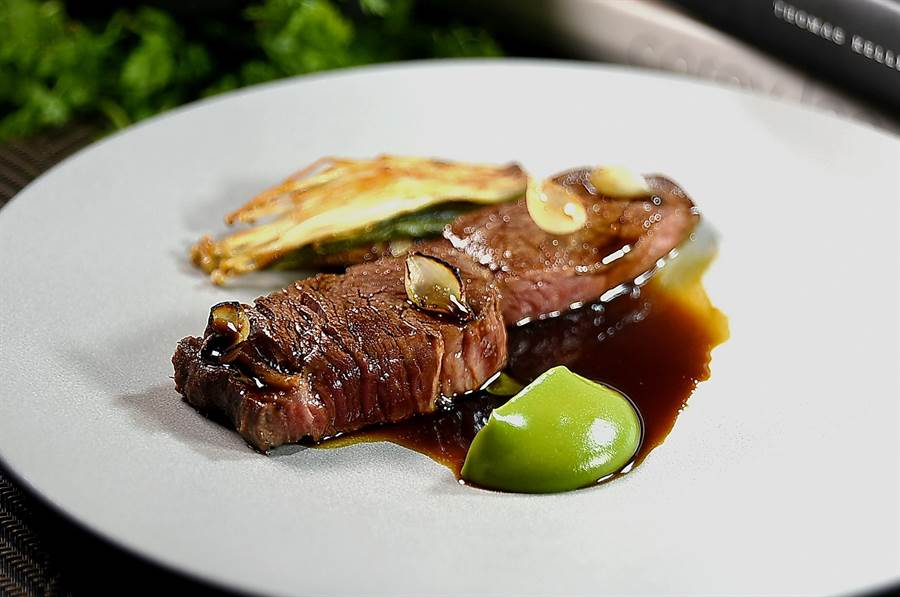 為〈美國肋眼牛排〉提味的綠色醬汁是薏仁豆醬,搭配的Side Dish有醋漬紫蘇葉蓋上牛油炭烤金針菇和香煎牛舌。(圖/姚舜)
