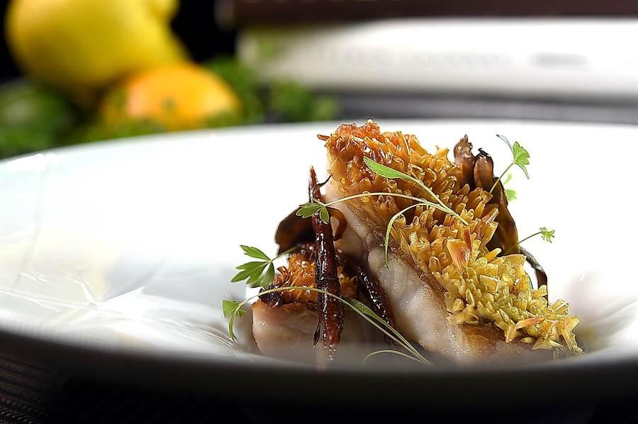 〈立麟馬頭魚、牛蒡、蕈菇〉是用加了當歸油的野菇清湯提味,並搭配巴薩米可醋嗆舞菇和雞湯慢燉的牛蒡。(圖/姚舜)
