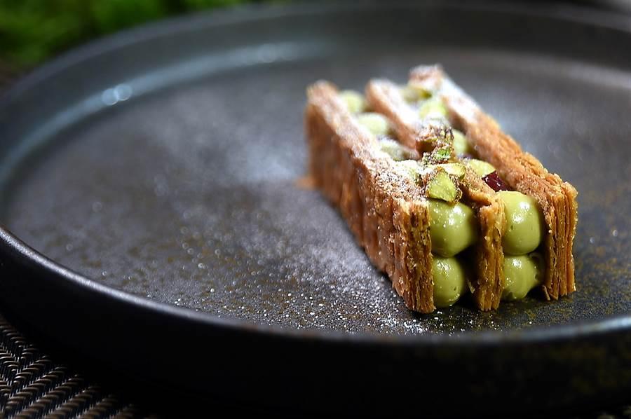 甜點〈寶石千層〉的綠寶石是濃郁的開心果鮮奶油,紅寶石是紅酒慢熬帶有微酸的無花果醬。(圖/姚舜)