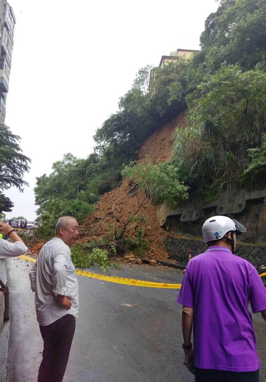 汐止秀山路傳出土石坍方,目前持續搶通中。(葉德正翻攝)