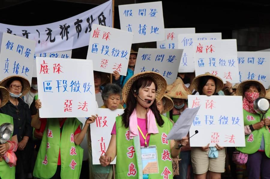 自救會今第三度前往北市府大門陳情,居民敲打鍋勺抗議。(李依璇攝)