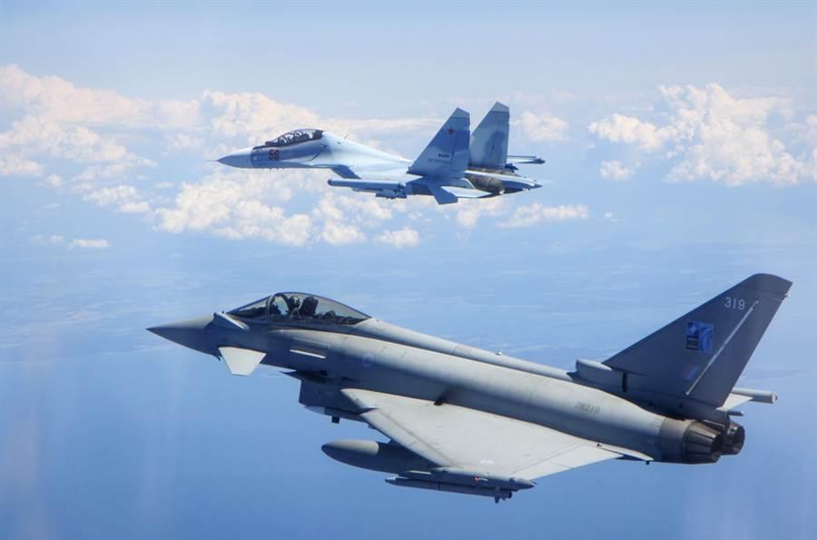 22日英國聯航Jet 2一架自倫敦飛往土耳其的班機上一名女乘客突然發酒瘋,威脅要殺了全機人,驚動英國皇家空軍緊急出動2架颱風戰鬥機伴飛返航。圖為颱風戰鬥機資料照。(圖/美聯社)