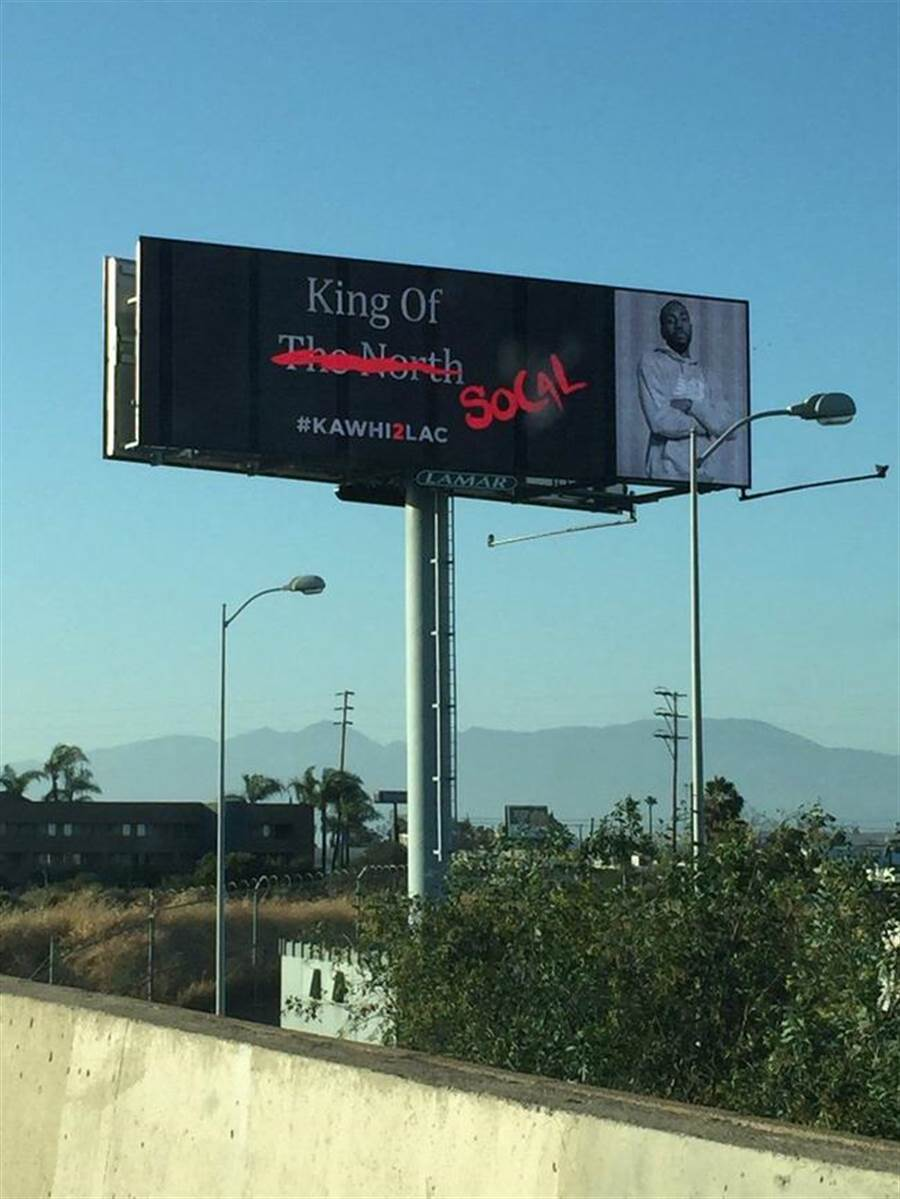 快艇以巨型廣告看板招攬里歐納德。(翻拍網路)