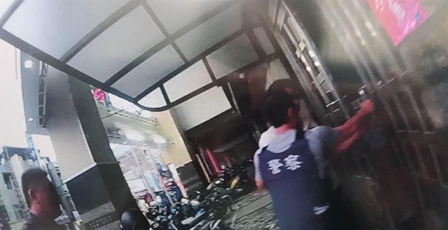 全台大掃蕩期間,警方在北區開元路一處公寓大樓查獲1把改造黑槍。(程炳璋翻攝)