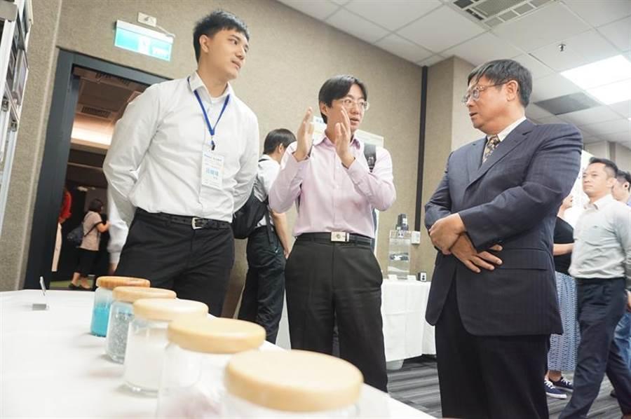 (環保署長張子敬(右一)聽取廢面板玻璃再利用案力。圖:環保署提供)