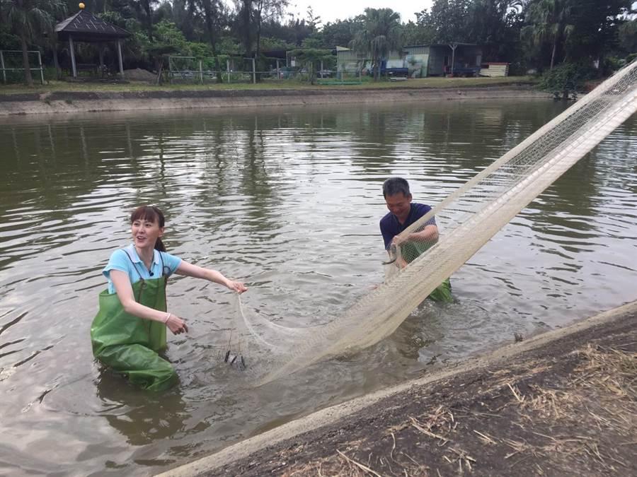 張晏塵(左)體會捕魚趣。(中視提供)
