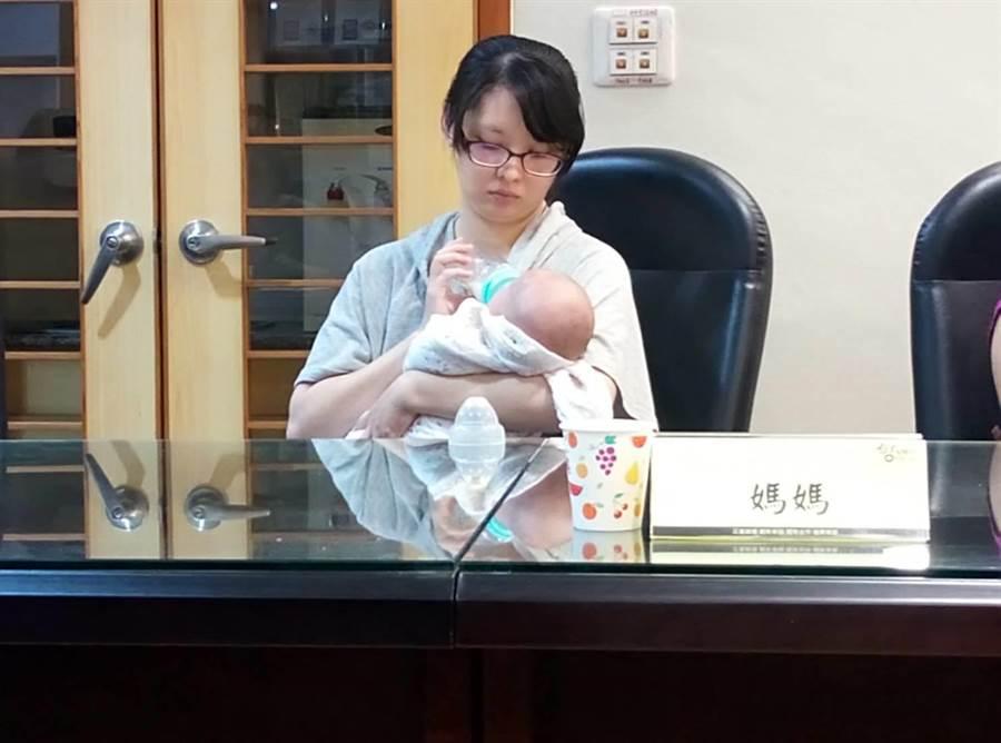 台大雲分院生殖醫學中心第一例試管嬰兒誕生,媽媽吳小姐幫貝比餵奶。(許素惠攝)