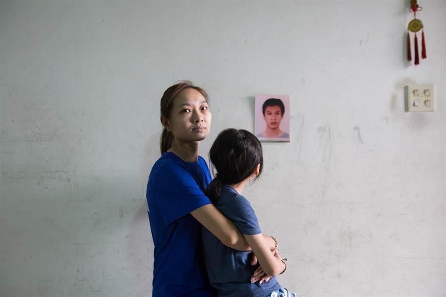 過勞駕駛遺孀抱著小孩等30張精彩的新聞攝影作品,7月2日起在花蓮文化局展出。(台灣新聞攝影協會提供)