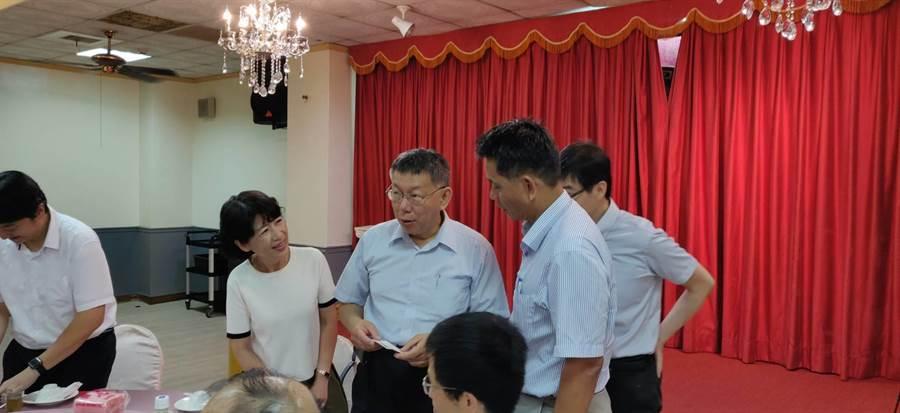 台北市長柯文哲(右三)、太太陳佩琪(右四)參加柯粉舉辦的餐會。(讀者提供)