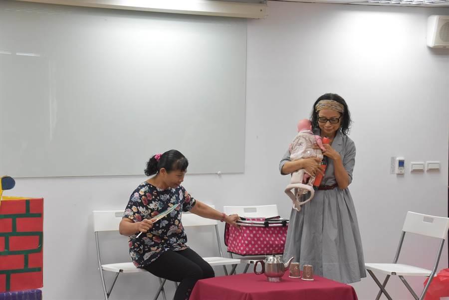 彰化縣社會處培訓的性平劇團以行動劇討論家務分工宣導。(謝瓊雲攝)