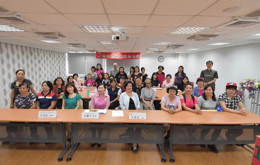 「婦女團體組織能力培訓初階課程」在彰化夢想館的多功能教室辦理,進行「婦女組織定位與婦女議題發展」、「婦女議題的開展與演練」兩大主題課程。彰化縣長王惠美(左5)、社會處長王蘭心(左4)都與會與各婦團代表互動。(謝瓊雲攝)