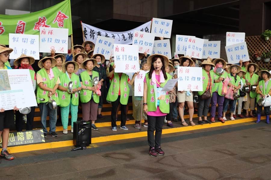 社子島自救會24日持續發動陳抗,為本月第三度至北市府陳情。(李依璇攝)