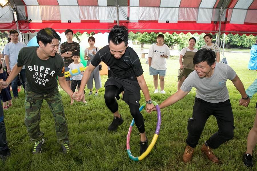 台灣大車隊邀請現場手牽手、心連心合作完成多項團隊趣味挑戰。圖:業者提供