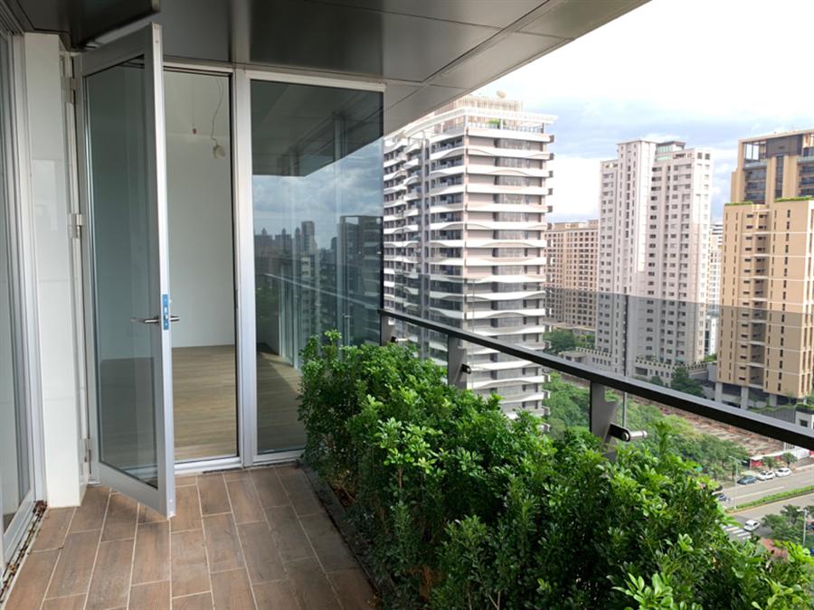 陽台採內凹式設計阻擋強風,並選用特殊色澤玻璃,遮陽透光度佳。