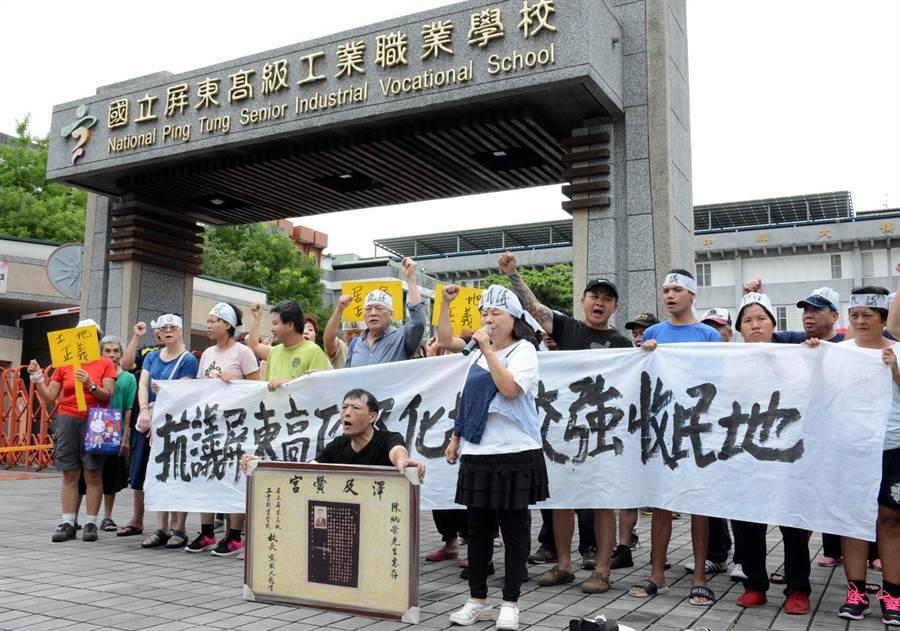 陳家親友舉布條至屏工校門口抗議,要求停止訴訟,讓傳承近百年的祖地得以保留。(林和生攝)