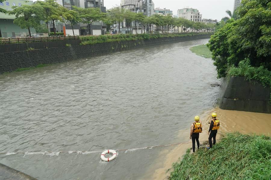 傳男子23日晚墜落南屯溪中遭沖走,24日搜救人員持續往下游搜尋,圖中二位消防人員,在溪底搜尋。(黃國峰攝)