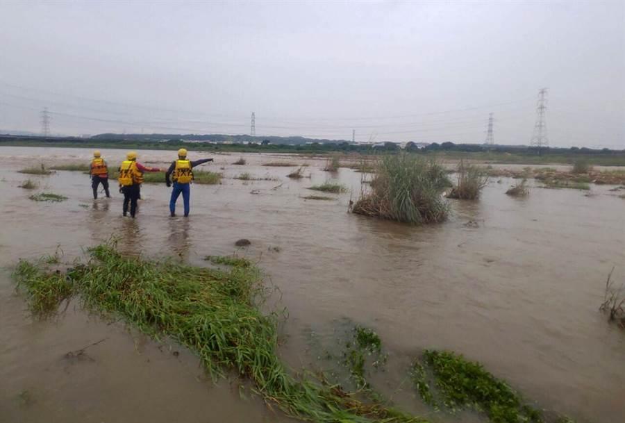 24日搜救人員持續往下游搜尋,圖中消防人員,涉水搜尋。(黃國峰翻攝)