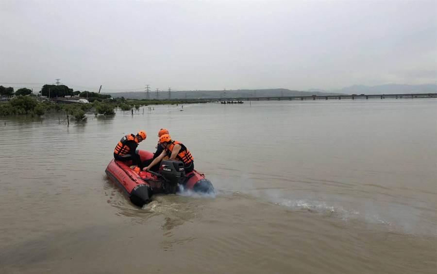 消防人員,駕著橡皮艇,在河面上搜尋。(黃國峰翻攝)