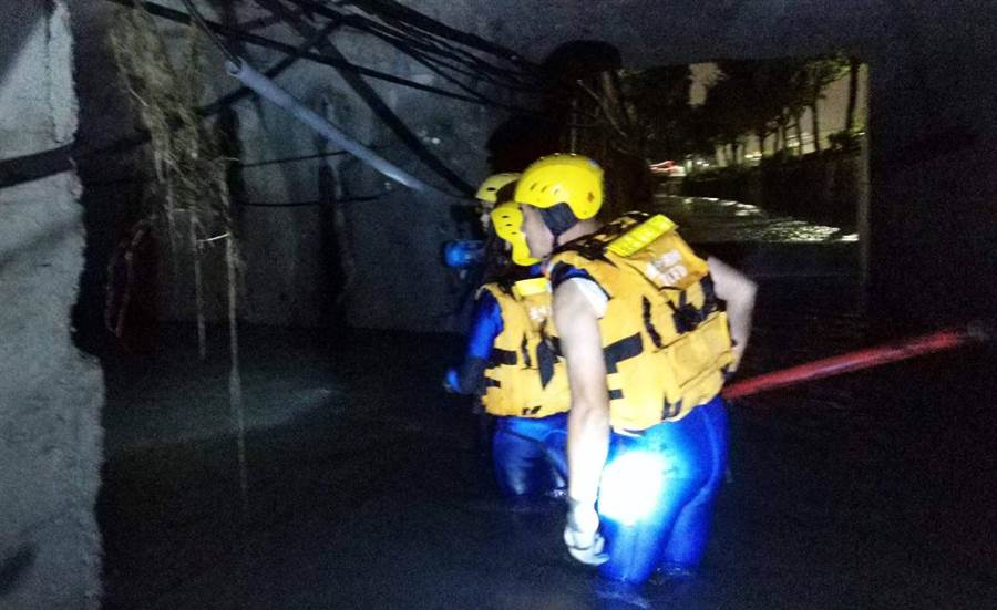 傳男子23日晚墜落南屯溪中遭沖走,24日搜救人員持續往下游搜尋,圖中消防人員,在涵洞內搜尋。(黃國峰翻攝)