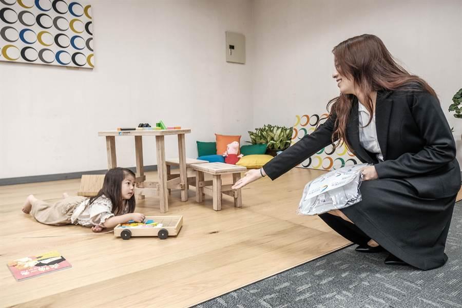 工研院材化所「無毒環保膠及曲木應用」榮獲「傑出研究獎金牌獎」,小朋友可在沒有甲醛的地板安全遊戲。(羅浚濱攝)
