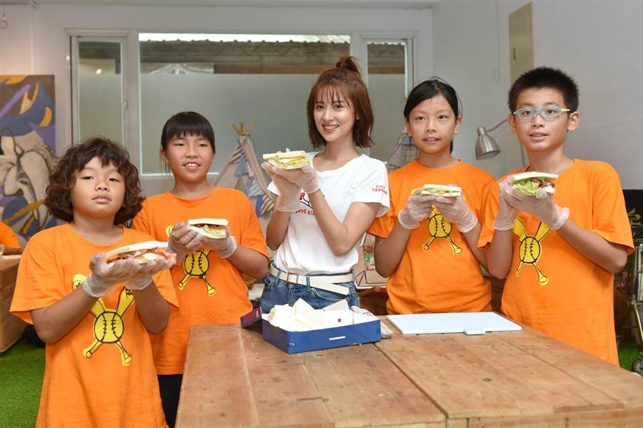 林予晞擔任愛心大使與孩童們一起做三明治。(兒福聯盟提供)