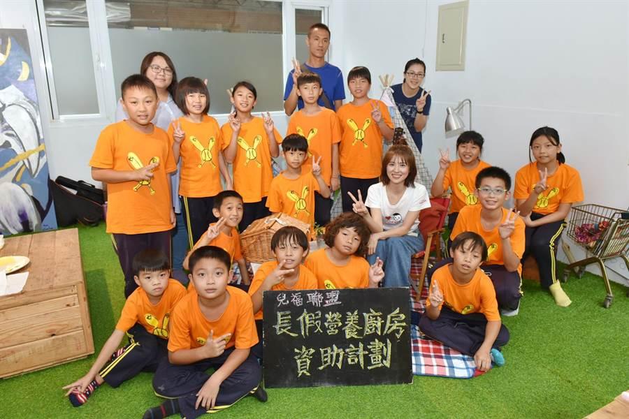 林予晞擔任愛心大使與孩童們提前歡度暑假。(兒福聯盟提供)