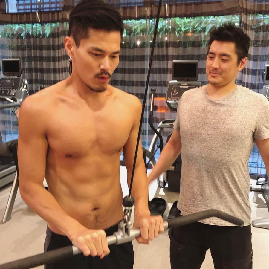 近期理科先生(右)也積極健身減脂,更和當模特兒的理科堂哥(左)一起健身。(圖/翻攝自理科太太IG)