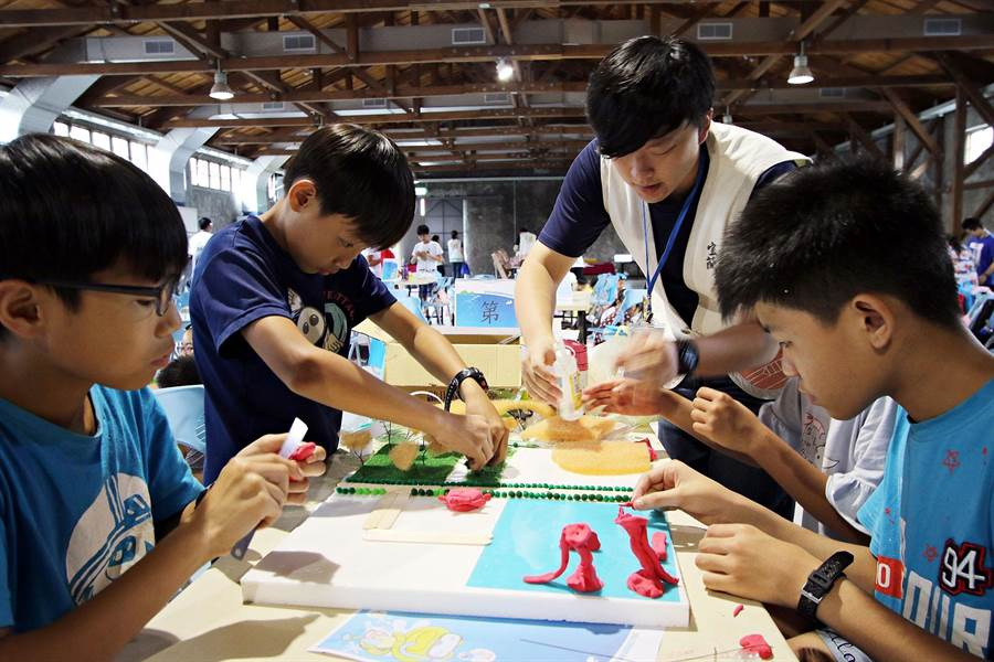 宜蘭縣文化局在童玩節開幕周舉辦「好玩藝創作營」,邀請北台灣學童報名,圖為學童參與文化局曾舉辦的工作坊照片。(宜蘭縣文化局提供)