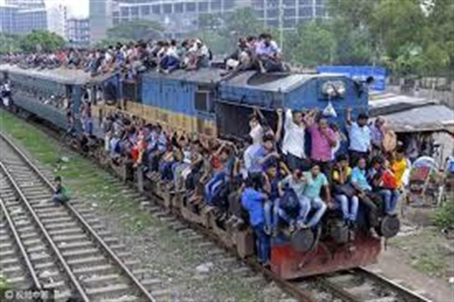 孟加拉驚傳火車出軌意外。圖為孟加拉火車人滿為患。(圖/擷自網路)