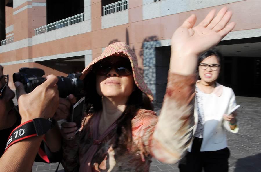 大陸潛逃境外貪官喬建軍的前妻趙世蘭2015年在美國出庭受審時與媒體發生推擠,她被控國外轉移盜竊資金罪、移民欺詐罪、共謀洗錢罪等罪名。(圖/中新社)
