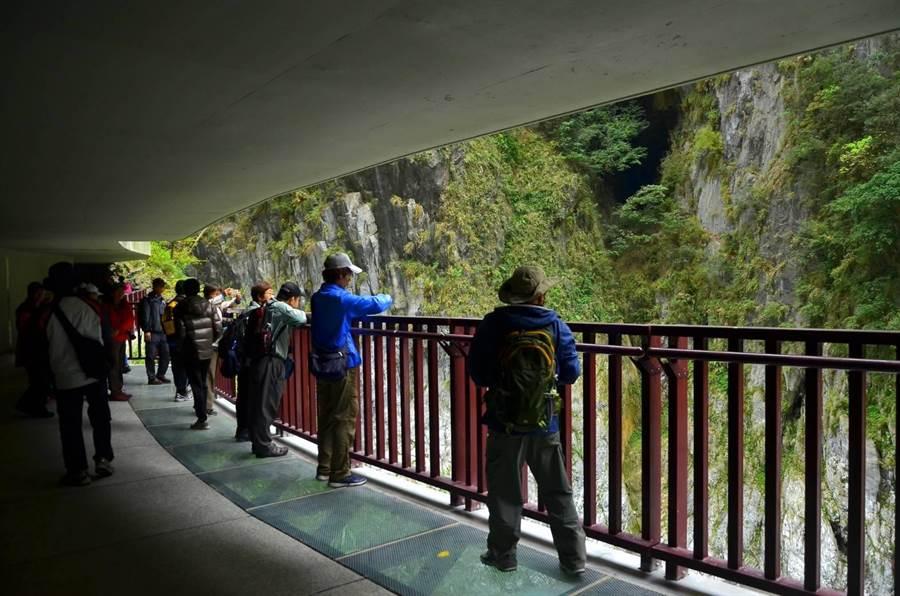 太魯閣九曲洞步道睽違六年重新開放,透明水景步道吸引民眾體驗。(許家寧翻攝)