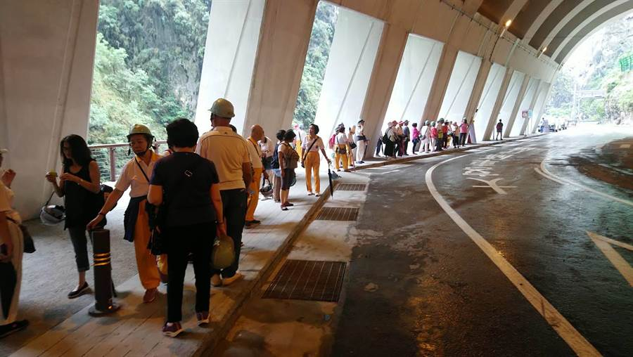 九曲洞步道開放首日,吸引大批遊客搶先體驗。(許家寧翻攝)